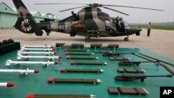 Un helicóptero de ataque Z-9WZ de fabricación china junto con su armamento. (Foto de archivo de julio de 2012).