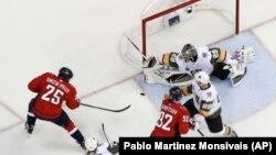 Hokejaš Vašington Kapitalsa Devante Smit-Peli (25) postiđe treći gol za svoj tim pred kraj prve trećine četvrte utakmice finala Stenli kupa u Vapingtonu (Foto: AP/Pablo Martinez Monsivais)