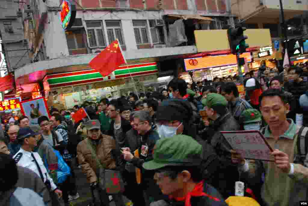 約100名響應「(真心)愛國愛黨大遊行」,有示威者高舉中國國旗