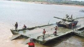 资料照:2015年在俄罗斯举行的军事比赛活动中,中国工兵架设浮桥后指挥俄军坦克通过。 (美国之音白桦拍摄)