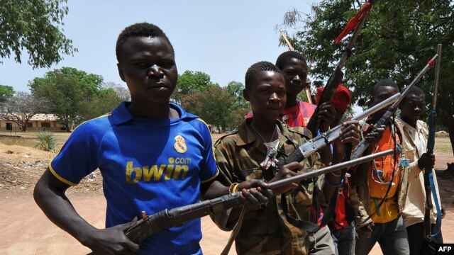 A picture taken on March 6, 2014 shows members of the Chritisian militant group Revolution of Justice (RJ) arriving in the village Nanga Boguila between Bossangoa and Bozoum.