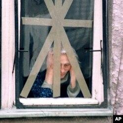 Un femme à Belgrade durant le conflit