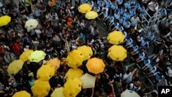 28일 홍콩 정부청사 건물 앞에서 '우산 혁명' 1주년을 기념하는 시위가 열린 가운데, 시위대가 노란 우산을 펼쳐들고 있다.