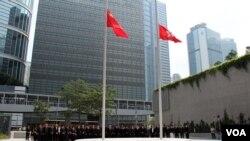 香港行政长官梁振英带领港府各部门主要官员星期四中午12时举行默哀仪式( 美国之音 谭嘉琪拍摄)