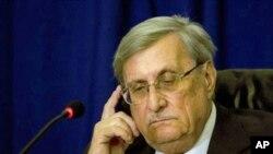 ترکل کمشن کے سربراہ جسٹس جیکب ترکل ایک پریس کانفرس کے دوران تحقیقاتی رپورٹ پیش کررہے ہیں۔