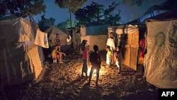Các giới chức đang lo ngại những lều trại cho người sống sót sau trận động đất quá mong manh trước những trận gió mạnh và sẽ bị ngập lụt khi bão Tomas đổ bộ xuống Haiti