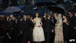 """Avustralyalı aktris """"Büyük Gatsby"""" filminin gösterimi öncesi gazetecilere poz veriyor."""