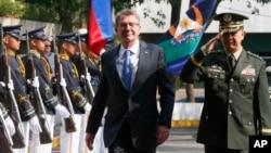 애슈턴 카터 미 국방장관(가운데)이 15일 미군과 필리핀 군의 연례 합동군사훈련 '발리카탄' 종료 행사에 참석했다.