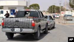利比亞人駕車進入突尼斯