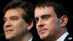 Fransa başbakanı Manuel Valls(sağda) ve kendisine karşı çıkan Ekonomi Bakanı Arnaud Monteburg