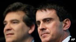 Perdana Menteri Perancis Manuel Valls, kanan, dan Menteri Ekonomi Arnaud Montebourg dalam kunjungan ke perusahaan pertahanan dan elektronik Perancis Thales di Gennevilliers, di luar Paris, Perancis pada bulan April tahun ini. (Foto: dok.)