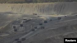 Truk-truk yang membawa hasil tambang Newmont Mining Corp di Sumbawa (21/9). (Reuters/Neil Chatterjee)