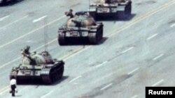Một công dân Trung Quốc đứng trước hàng xe tăng đang chuyển bánh trên đại lộ Hòa bình Vĩnh cửu ở Bắc Kinh, 5 tháng 6, 1989