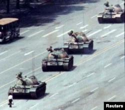 1989年6月5日北京市民站在长安街的坦克前。