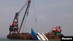 지난 2012년 10월 홍콩 인근에서 침몰한 중국 여객선을 인양하고 있다. (자료사진)