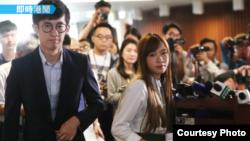 青年新政梁颂恒和游蕙祯周四下午走出法院(苹果日报图片)