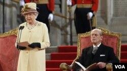 """La jefa de Estado recibió varios minutos de aplausos de los invitados quienes además cantaron """"Dios salve a la Reina"""", el himno nacional británico, al terminar el acto."""