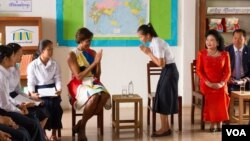 """US First Lady Michelle Obama arrived with Cambodian first lady Bun Rany at Hun Sen Prasat Bakong Hight School, around 40 Kilometer outside of Siem Reap town, Saturday, March 21, 2015, to promote her """"Let Girls Learn"""" initiative. (Noeu Vannarin/VOA Khmer)"""