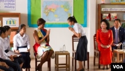 "US First Lady Michelle Obama arrived with Cambodian first lady Bun Rany at Hun Sen Prasat Bakong Hight School, around 40 Kilometer outside of Siem Reap town, Saturday, March 21, 2015, to promote her ""Let Girls Learn"" initiative. (Noeu Vannarin/VOA Khmer)"