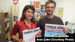 《查理周刊》雜誌的總編輯斯蒂芬沙博尼耶(右)2012年曾接受美國之音訪問。沙博尼耶於1月7日襲擊中被害。