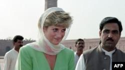 لیڈی ڈیانا کی پاکستان کے اپنے دورے کے موقع پر لی گئی ایک تصویر