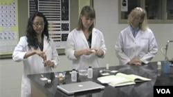 技術人員正在檢查藥品的真偽(資料圖片)