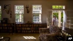 Ruang tamu Finca Vigia, rumah mendiang ikon sastra AS Ernest Hemingway di Havana, Kuba.
