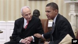 President Barack Obama (r) meets with Israeli President Shimon Peres at the White House, April 5, 2011