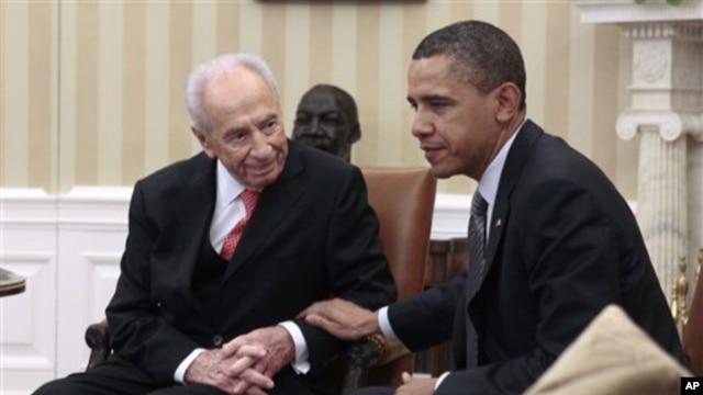 President Barack Obama (r) meets with Israeli President Shimon Peres at the White House, April 5, 2011