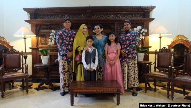 Erica (kebaya biru) bersama suami (paling kiri) dan ketiga anak dan menantu laki-lakinya (paling kanan).