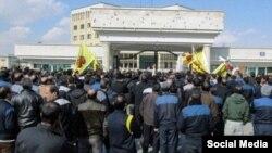 کارگران «هپکو» اردیبهشت امسال در اعتراض به عدم پرداخت حقوقهای معوقه و بلاتکلیفی وضعیت اشتغال دست به اعتصاب و مسدود کردن چند روزه خط آهن اراک زدند.