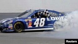 El piloto Jimmie Johnson celebra su victoria en Texas.
