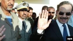Le président de la Mauritanie, Maaouya Ould Sid 'Ahmed Taya, salue ses partisans après avoir voté dans la capitale Nouakchott, Mauritanie, 7 novembre 2003. epa/ NIC Bothma