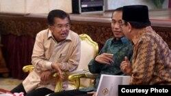 Presiden Joko Widodo (tengah) didampingi Wapres Jusuf Kalla menerima Laporan Hasil Pemeriksaan Laporan Keuangan Pemerintah Pusat (LHK LKPP) tahun 2015 dari Ketua BPK, Harry Azhar Aziz, di Jakarta hari Senin 6/6 (foto: Biro Setpres RI).