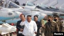 Severnokorejski lider u poseti Vazduhoplovnoj diviziji. Fotografiju je objavila Severnokorejska centralna novinska agencija u Pjongjangu, 12. aprila 2020.