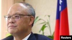 资料照:台湾行政院政务委员兼经贸谈判办公室总谈判代表邓振中在台北与媒体对话。(2021年1月22日)