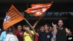 7일 그리스 아테네 내무부 건물 앞의 시위대.