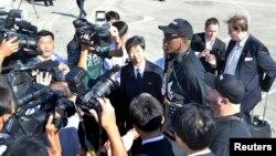 Денис Родман (в центре) в аэропорту Пхеньяна. КНДР. 3 сентября 2013 г.