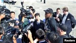 Bivša zvezda NBA lige Denis Rodman obraća se medijima po dolasku na aerodrom u Pjongjangu