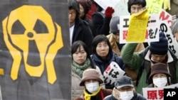 """Người biểu tình tuần hành với biểu ngữ """"Không hạt nhân"""" để yêu cầu chính phủ Nhật Bản từ bỏ điện hạt nhân"""