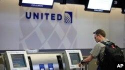 Msafiri akiwa anajisajili ili kuweza kusafiri na Shirika la ndege la United Airlines.