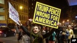 Người biểu tình chống ông Trump ở Indianapolis, ngày 12 tháng 11 năm 2016.