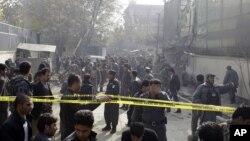 21일 아프가니스탄 카불에서 자살폭탄 공격 현장을 조사하는 보안요원들.
