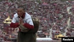 四川甘孜地区的一名藏族僧侣