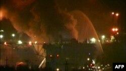 Những đám khói lớn bốc cao từ khu vực tàu ngầm bị cháy