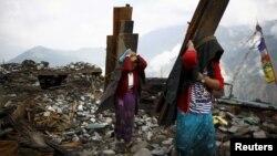 지난달 21일 네팔 구르카 지역의 지진 피해자들이 무너진 집터에서 나무를 옮기고 있다. (자료사진)