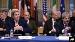 Ngoại trưởng Mỹ John Kerry (phía trước bên trái) và Bộ trưởng Ngoại giao Italia Paolo Gentiloni (phía trước bên phải) tham gia vào một hội nghị quốc tế về Libya tại Bộ Ngoại giao ở Rome, ngày 13/12/2015.