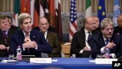 美国国务卿克里(前左)和意大利外长真蒂洛尼(前右)出席在罗马举行的促进叙利亚局势的国际会议(2015年12月13日)。