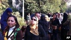 11月28日开罗妇女排队等候进行议会选举投票