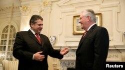 Ngoại trưởng Mỹ Rex Tillerson (phải) tiếp Ngoại trưởng Đức Sigmar Gabriel tại Bộ Ngoại giao ở Washington, 2/2/2017.